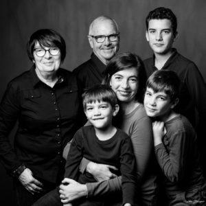 PORTRAIT FAMILLE NOIR ET BLANC STUDIO PHOTO